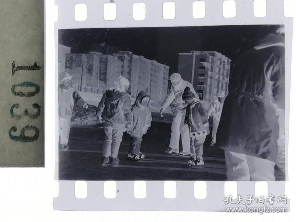 纪实摄影底片1张 童趣 滑冰刀、冰车、冰滑梯系列64