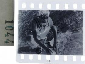纪实摄影底片1张 溪水边洗脸