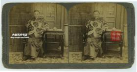 清末民国立体照片-------清代1900年9月27日,洋务运动的主要领导人之一,淮军创始人和统帅,直隶总督兼北洋通商大臣李鸿章在天津衙门府。品一般处理。
