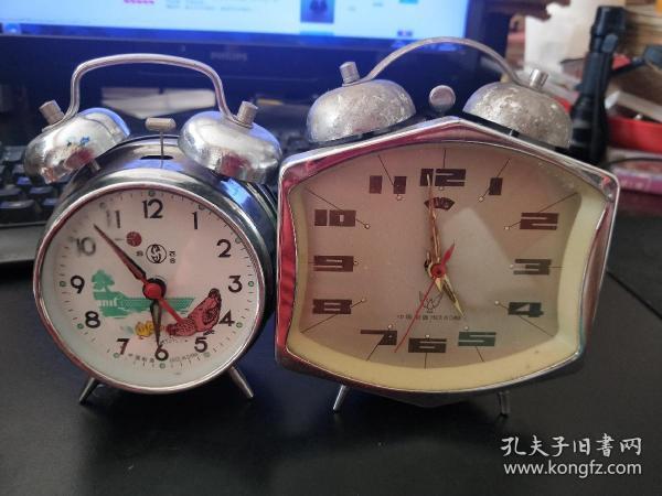 两个闹钟一起卖,一个可以走时,另外一个不走时。