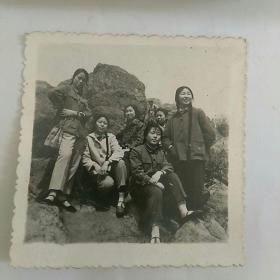 文革照片,女青年在本溪人民公园