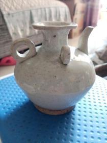 小壶一个,年代未知,造型奇特,嘴的地方有有一点漏釉的地方,像是小磕 ,喜欢的来买,售出不退。