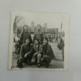 文革照片,本溪火车站广场,女青年