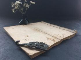 《手写传世散方》全书1册全,大开本,少见写本医书,保存较好,稍有虫蚀,后封面破损,字迹清晰秀丽,内容翔实,书写工整,品相较好。