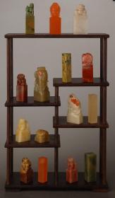旧藏寿山石、雅安绿、青田石、 荔枝冻等各材质印章及章料摆件一组15枚(附鸡翅木博古架)