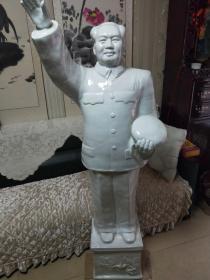 老的毛爷爷瓷像,全身像,挥手手托帽姿势,高度160cm,底座30*25*30cm,景德镇瓷。最后一图有中国景德镇印款,底座五角星上梅花。无磕碰,难得。喜欢的抓紧