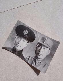 民国抗日战争时期,抗战时期,1941年国民党,重庆中央警官学校国军军官,战士合影,不是民国原版照片!!!不是我翻拍的!!!是照片里的主人,老人家翻拍的!!!照片是麻纹相纸,目测照片大概有30多年吧,照片背后有老人家亲笔题写,题赠的墨迹和钤印!品相见图!恰同学少年,风华正茂,书生意气,挥斥方遒。