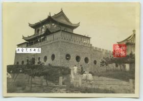 """民国始建于1930年山东青岛水族馆主建筑全景老照片,曾被蔡元培先生誉为""""吾国第一"""" 。泛银。8.5X6厘米"""