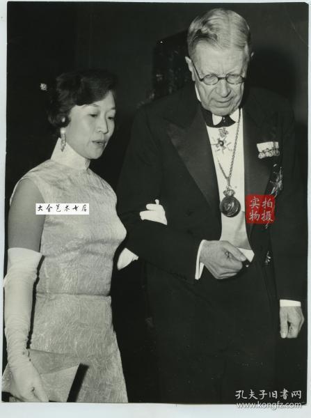 1957年杨振宁获得诺贝尔物理学奖,在瑞典斯德哥尔摩颁奖典礼上,杨振宁夫人杜致礼挽着瑞典国王古斯塔夫步入会场,杜致礼是国民党高级将领杜聿明将军的长女。