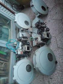 牡丹江5502型老电影机子,年代1979,个头很大,单个重150斤左右,哈尔滨电影机械厂。运费自理,标价不包含运费。共两台。5502型放映机1979年被评为黑龙江省优质产品,1980年获机械工业部质量信得过产品称号。标的是两个一起的价格。
