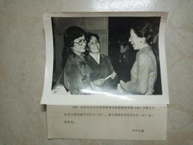 香港著名电影演员石慧、维吾尔族著名歌唱演员加米拉和著名舞蹈演员阿依吐拉 (1980)