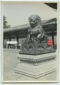 民国时期北京古典园林中的铜狮子雕像和游廊中三十年代游客百姓老照片