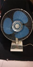 70年代老上海电扇厂 荷花牌电风扇 大号台扇400MM摇头风扇 无噪音品相好 入手渠道:国企东风 转手原因:夏天到了送清凉风 规格尺寸:400MM 新旧程度:如图所示品自鉴 使用感受:好凉快吆