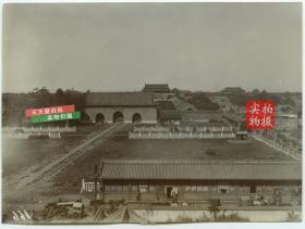 清代北京天安门广场大清门,棋盘街一带全貌,可见千步廊 (乃为各衙门办公地,中华民国时倒塌),以及大清门东侧的户部街,还是很热闹繁华的。
