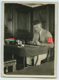 民国时期S.S.JungChow (江洲号轮船?)的吸烟室里,一个外国男子用扑克牌算命算卦占卜老照片