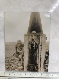 民国抗战时期 猫着腰拿着上了刺刀三八大盖的日本鬼子老照片