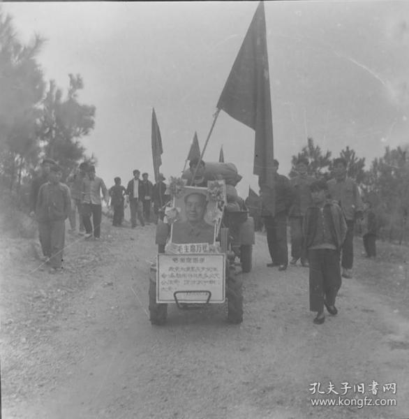 1966年安徽省农业展览馆筹备组底片一张:公社社员用拖拉机宣传毛主席语录的人群