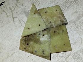 〖玉衣片〗几块制作金缕玉衣的材料,初步判断为一种地方玉料制成,水沁,有把玩痕迹,密度比和田玉低。不懂或不喜欢古玉的不要乱拍。玉器净重:53克