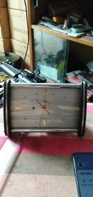 上海钻石闹钟带日历。卡塔卡塔的走,精度没仔细核对,没有拆修的。55元包邮。经典怀旧。