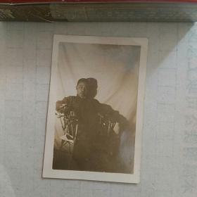 民国照片,男子坐腾椅。〈多年前,此照夹在一本民国书中,好象与书的作者有关联,此照片应是一位名人,名字忘了〉