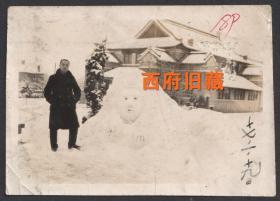 民国老照片,1928年南京金陵大学老照片,雪后的金陵大学礼拜堂前堆起的雪人留念照
