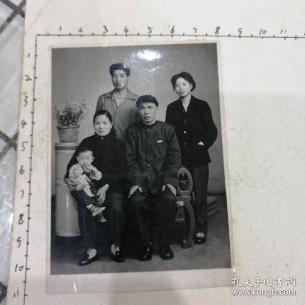祖孙三代五人合照(布娃娃,银项圈)