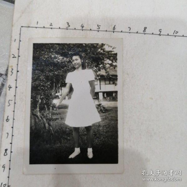 白连衣裙美女照