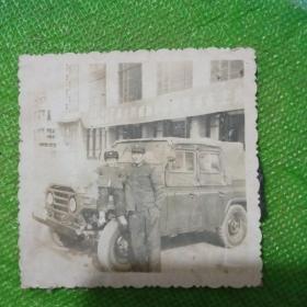 军人和吉普车老照片一张!