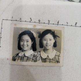 两美女格子衣服照(蝴蝶结)