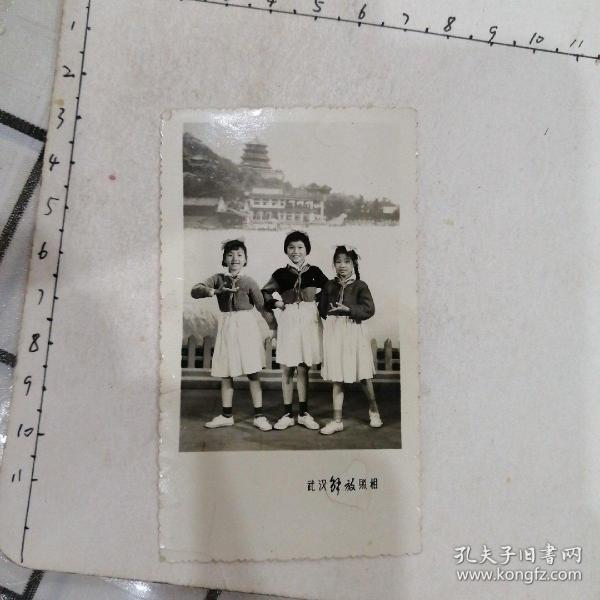 三姐妹合影(照相馆布景,船和楼阁)