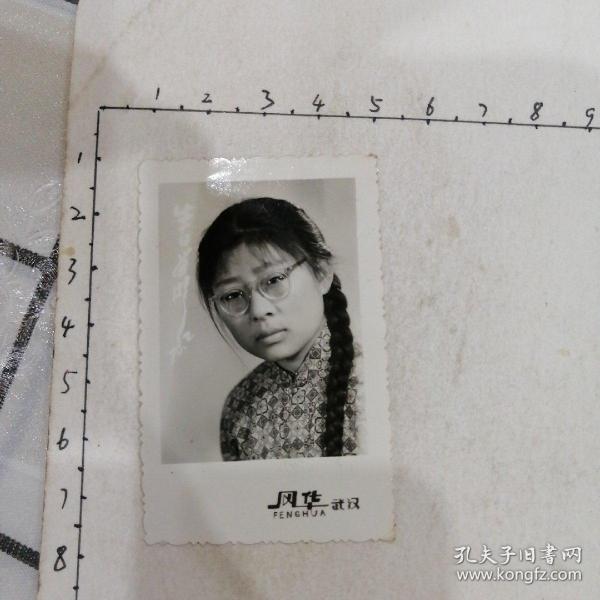 美女生日照(戴眼镜,长辫子)