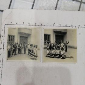 军人与少数民族人民合影照片二张(民族特色强)