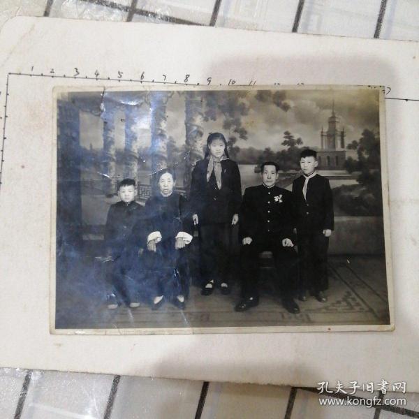 一家五人合影(姐姐在中间,爸爸戴勋章)