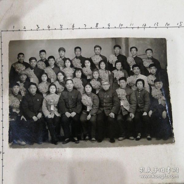 同志们戴光荣花照(22人,光荣布标)