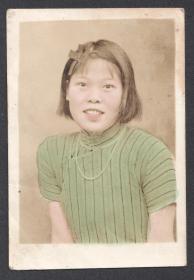 民国老照片,1937年,手工上色的旗袍女士,当时吴县蚕丝产销合作社的学生
