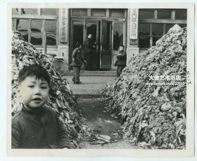 1959年北京崇文门外茶食胡同口外万全堂乐家老药铺和崇文门联合诊所,当时街上堆满了冬储大白菜的菜帮子。此地现在是新世界商场一期的正门脸所为位置。