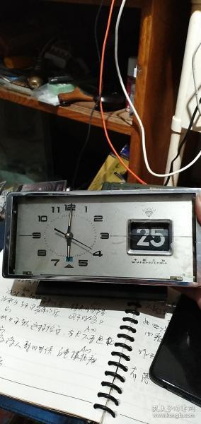 上海钻石闹钟,带日历的,走走停停的,玻璃有点开胶回去粘一下,无修的少一个螺丝。