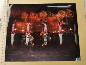 1989年,淮北农民花鼓灯表演队在国庆40周年庆祝会的天安门广场上表演+花鼓戏新姿、老照片共三种