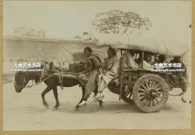 清代北京马车公共交通工具老照片,连车夫共计七人挤在狭小的车棚下,看的出马已经快累的虚脱了。照片尺寸14.5X9.9厘米