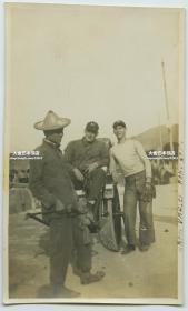 民国时期香港跑马场外人力车夫和戴棒球手套的外国男子老照片