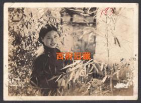 民国老照片,1937年,在苏州沧浪亭留影的旗袍姑娘
