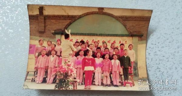 80年代彩色照片-庆祝中华人民共和国成立三十*周年*歌联欢会,12.6*8.8cm,75品【小朋友们三排大声歌唱,后2排踩着小、高凳子,领唱小女孩头戴玩具走神歪向一侧,小男孩踩着小板凳在卖力指挥,反映l80年代小朋友的精神状态,彩照极少,是非常好的史料素材】