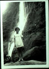 台湾纸片、照片、老照片·瀑布前的女孩