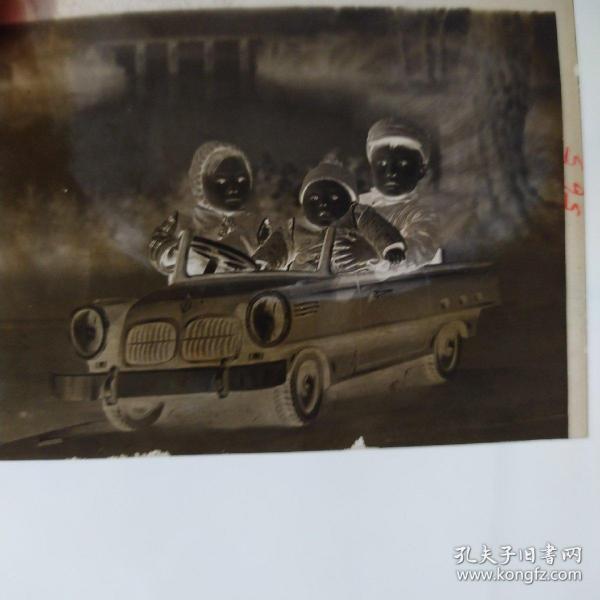 50年代老底片一张,三个儿童开汽车!