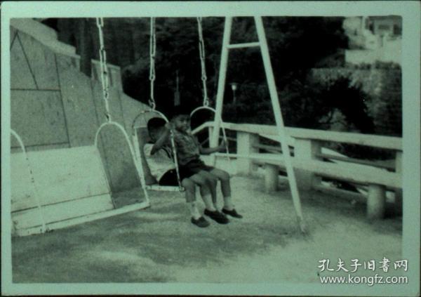 台湾纸片、照片、老照片·玩秋千的男孩