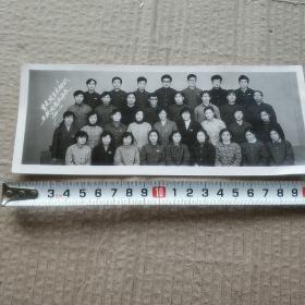 大学生合影——五载同窗情谊长,加厚相纸,品佳。