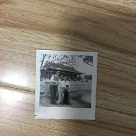 老照片:一家三口春游于南昌八一公园 1964年