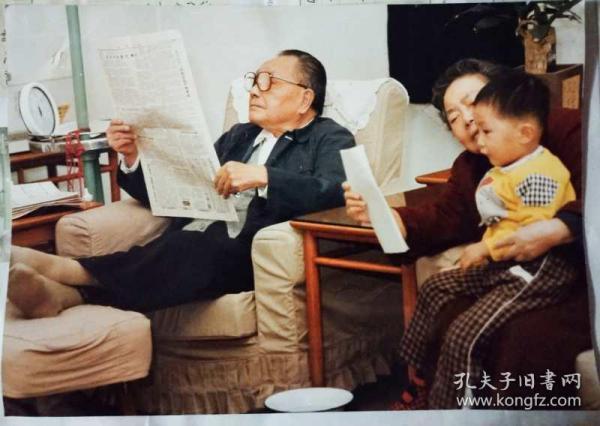 邓小平读报彩照+邓小平(画册)献给邓小平诞辰100周年  中共中央文献研究室  一版一印  两份合售2999元,彩照 30cm×21cm