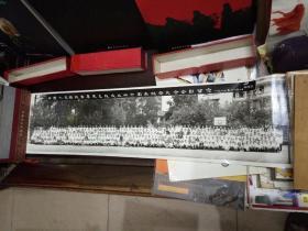 超长老照片-《纪念梅州公学成立40周年合影留念》1989年9月于广州(附有合影者详细名单)照片长78x宽17厘米)原版原盒包装