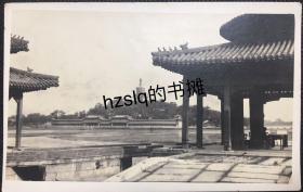 【照片珍藏】民国北京北海五龙亭望白塔、长廊及周边景象,可见亭内茶室游人等场景。老照片内容少见,色泽典雅、颇为难得